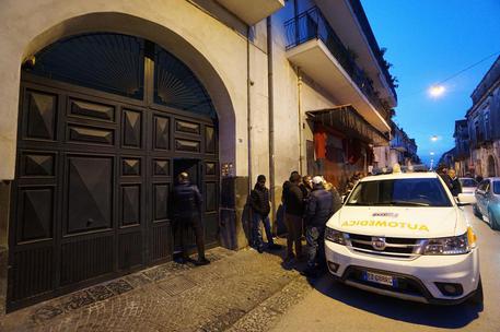 L' esterno dell'abitazione di Cardito dove è stato trovato morto un bimbo di 7 anni, Napoli 27 gennaio 2019. Le cause del decesso del bambino sono ancora in corso di accertamento. Le forze dell'ordine stanno ascoltando la madre e il compagno di quest'ultima, ANSA/CESARE ABBATE